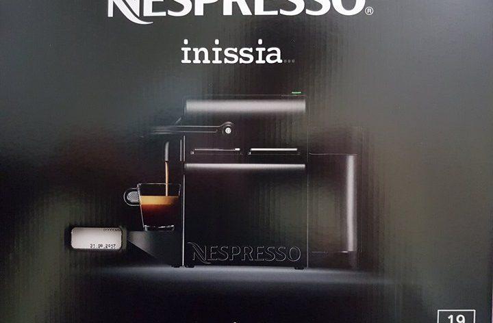 1 machine à café Nespresso avec des capsules