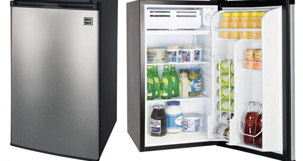 Un Mini-réfrigérateur RCA en acier inoxydable